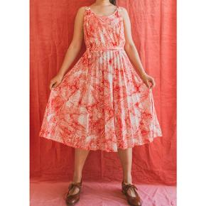 Summery retro dress with original belt.  It is marked size 44, 100% poly.  Chest measures about 96cm, waist about 86cm. Seen on size 38.
