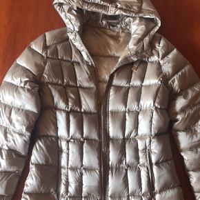 Let dun taljeret jakke med vandafvisende stof Guld lynlås og 2 lommer og hætte Nypris2200kr