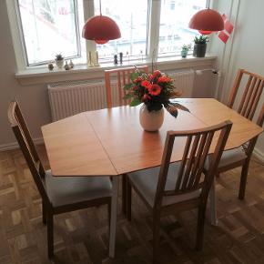 Velholdt og fint klapbord med bordplade i bambustræ fra IKEA (link: https://www.ikea.com/dk/da/p/ikea-ps-2012-klapbord-bambus-hvid-20206806/).  Bordpladen har nogle små, overfladiske ridser, men de er kun synlige hvis man kigger meget nært og leder efter dem.   De fire stole, der ses på billedet, kan købes med for 150 kr. tilsammen - eller blot 40 pr. stk.   Produktmål:  - Længde: 106 cm - Min. længde: 74 cm - Maks. længde: 138 cm - Bredde: 80 cm - Højde: 74 cm  Giv et bud :-)