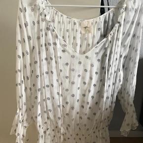 Varetype: Andet Farve: Hvid  Mønstret top/bluse i  silke længde 51cm  Køber betaler fragt med dao og ts  BYTTER IKKE