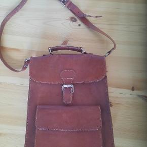 """Lædertaske/ taske i læder.  Farven er som på første billede. Bemærk """"hak"""" omkring håndtaget på tasken 😊"""