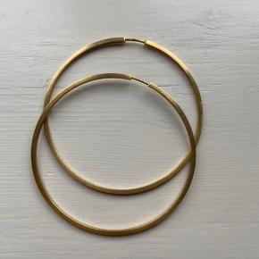 Jane Kønig hoops, 6 i diameter. Firkantet ring Pris er inkl. fragt