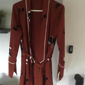 Varetype: Kimono Størrelse: S Farve: Se Oprindelig købspris: 500 kr.  Sælger denne flotte kimono fra Envii. Brugt få gange :) Bytter ikke;)