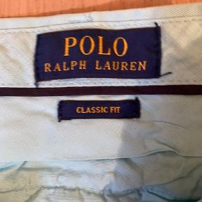Polo Ralph Lauren shorts i lyseblå i god stand. Rigtig gode til en lys hørskjorte på en varm sommeraften.  Shortsene er i U.S. str 32, ca svarende til en str M.