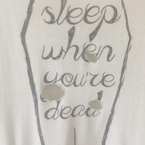 "Fed distressed top fra brandet SINSTAR CLOTHING med printet ""Sleep when you're dead""."
