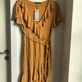 🌸SIDSTE CHANCE: KØB FOR 90 KR.🌸  Flotteste kjole sælges, da jeg ikke får den brugt. Det er en størrelse medium, men da den er lille i størrelsen, passes den bedst af en small. Den er helt ny og stadig med prismærke. Nypris er 210 kr.   Kan sendes på købers regning🌸