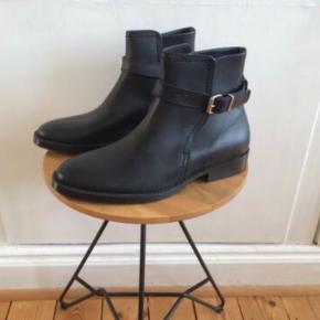 Chelseaboots fra Cos, brugt 1 gang. Fremstår uden mærker eller nogen for for slid.   Støvler er i læder, sidder godt på foden og man går rigtig godt i dem.