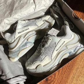 Jeg har længe gået og overvejet om jeg skulle sælge disse smykker sko! De står bare der hjemme, men sælger dem kun hvis det rigtige bud kommer, ellers beholder jeg den gerne selv, har ikke travlt med at sælge ! Denne farve er svær at få fat på, købte dem på balenciagas hjemmeside.  Str 37( passes af en 38-38,5)   Np:600,-  Dustbag, kasse og ekstra snørrebånd medfølger.