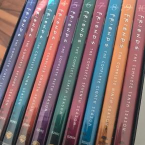 F.R.I.E.N.D.S på DVD! Alle 10 sæsoner næsten som ny da jeg måske har set dem alle en-to gange siden jeg købte samlingen.  Ingen ridser i cd'erne og alle virker perfekt!  Køber betaler forsendelse.  Har mere til salg - DVD og BluRay Dvd'er mm. Hvis du er interesseret tjek resten af mine annoncer og kontakt mig :-)   Betalingsmetode: MobilePay