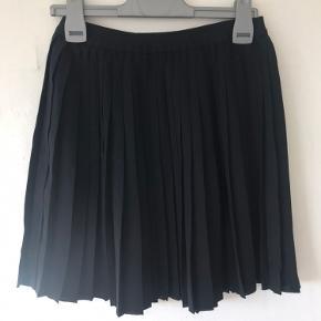 Plisseret nederdel fra Envii. Brugt, men fin stand.