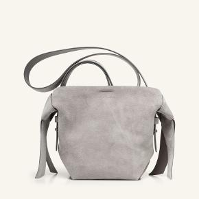 Den smukke Musubi taske fra Acne. Sælges da jeg også har den i andre farve og derfor ikke får den brugt. Naturlig patina som man ser det i ruskind.  Ligger billede op af min egen senere.