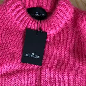 Super smuk sweater fra Designers Remix i en flot og sommerlig farve. Den har aldrig været brugt, og den er derfor stadig med mærke. Det er en størrelse small og passer cirka S/M alt efter ønsket pasform.   Den har halve ærmer, som er populære lige nu. Det gør den enormt pæn med eksempelvis en langærmet kjole eller skjorte under.   Mp. 500 plus porto.