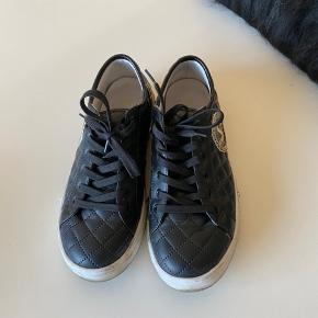 Lækker sort/hvid sneakers fra Versace Jeans👍er brugt men i pæn stand