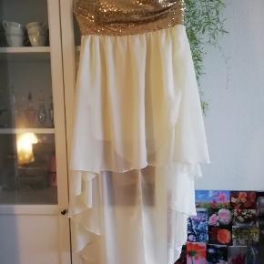 Hvid festkjole med guld palietter. Str large. 100 kr