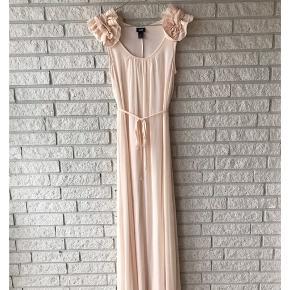 Secondhand smuk sommerkjole fra H&M i størrelse 34..🌸 Pris: 200 kroner.