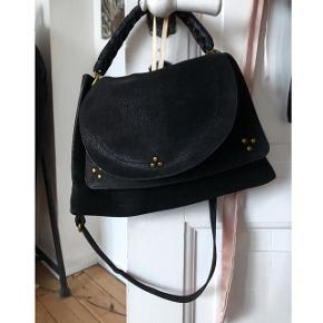 Jerome Dreyfuss taske, modellen hedder Oscar.God stand, stadig ny i butikkerne. Sort, nubuck, kalveskind i medium size. Ny pris: 6600,-
