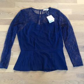 Varetype: Langærmet Farve: Blå Oprindelig købspris: 600 kr.  Helt ny (stadig med prismærke) og så fin top/skjorte. Lynlås i siden.  Sender med DAO.  Bytter ikke
