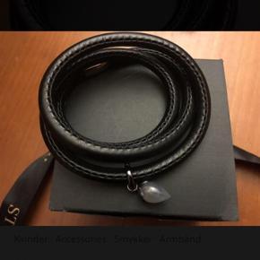 Story by Krantz & Ziegler  Flot læder armbånd med charm af agat.   Længde 56cm  Nyt og ubrugt