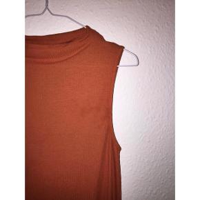 sælger min orange ærmeløs rullekrave top/trøje fra Gina Tricot. trøjen er kun brugt 2-3 gange, og sælges da jeg ikke bruger den🤷🏻♀️trøjen står i en str. M, kan dog sagtens passe en S  spørg endelig, hvis der er andet, du vil vide:)  ER ÅBEN FOR ALLE BUD!!!