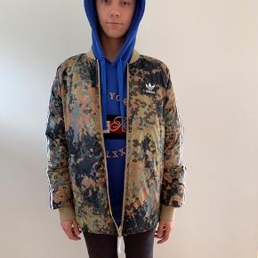 adidas originals - Pharrell Williams Hi Hiking reversible camo. Flip jakke, så kan bruge begge sider. Dun jakke. Kun brugt få gange og kun vasket en gang, for at sætte den til salg her. Nypris 600kr