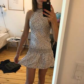 Sød kjole kan bruges som top pga det stykke elastik i taljen kan sættes som man ønsker :)