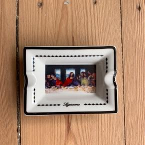 SUPRÊME LAST SUPPER ASHTRAY  OLD PIECE BUT VERY GOOD CONDITION.  9/10.  FITS WITH BAPE, SUPRÊME, PALACE, STUSSY, YEEZY, ACNE STUDIOS, A COLD WALL