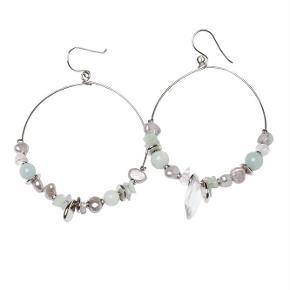 Varetype: -=NY=- SPICE ØRERINGE Størrelse: 5 cm Farve: Grøn Oprindelig købspris: 500 kr.  A&C JEWELLERY SPICE ØRERINGE  Håndlavet smykke fra norske A&C Jewellery Design Oslo.  Skønne øreringe med perler. Smykket er belagt med det eksklusive ædelmetal rhodium, der giver et blankt sølvhvidt udseende.  Øreringene er fra A&Cs eksklusive serie Essence. Essence er en høj kvalitets serie, hvor smykkerne er belagt med ægte rhodium eller ægte guld. Smykkerne er dekoreret med kombinationer af halvædelstene, glasperler, perler og perlemor.  Diameter på ørering: ca. 5 cm  Serie: Essence Model: Spice Style: 1054-0147   Varens stand: aldrig brugt