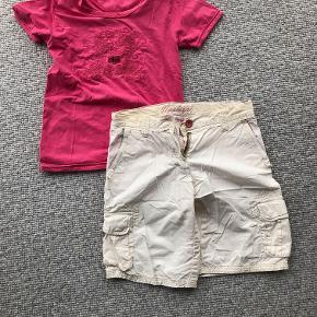 Napapijri råhvide shorts og lyserød bluse i str. 130.  Prisidé dkk 50,00 - kom gerne med et seriøst bud :-)  Forsendelse med DAO dkk 35,95.