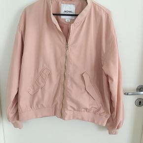 Lys rød/ pudder farvet jakke fra Monki str. M sælges for 75 kr  brugt max 5x