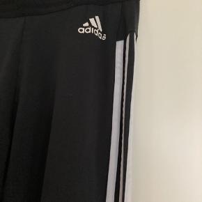 Lækker sort Adidas bukser str. S  Brugt, men der er ingen pletter eller huller😊  92% Cotton  8% Elastane   Hvis du er interreseret i de bukser  str. S / M str. 36/ 38 sender jeg gerne  nøjagtige mål og flere fotos.  Tages ikke retur, pris plus fragt.