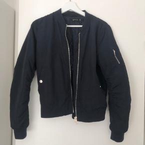 Super lækker mørkeblå Stradivarius bommert jakke. Næsten som ny.   Kan afhentes i Tårnby eller sendt med GLS, hvor køber betaler fragt💛