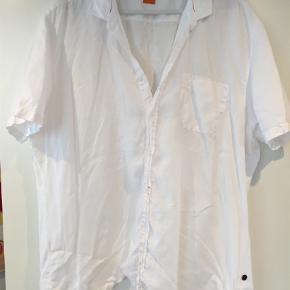 Varetype: Kortærmet Størrelse: Xxxl Farve: Hvid Oprindelig købspris: 1000 kr.  Hvis gennemknappet 100% hør skjorte - supersmart!