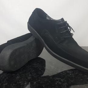 Detaljer:   Brand: Vagabond   Type: Herresko  Størrelse: 46   Farve: Sort    Forsendelse:  For køb på 200 kr. og over er der gratis forsendelse.     Hvis du er på udkig efter sko, så skal du være mere end velkommen til at tage et kig på min lille skohylde og se om der er det fodtøj du står og mangler.