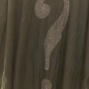 Lækker bluse i viskose/elastan fra LikeLondon. Bm ca 2x80 cm Hel længde ca 68 cm Bytter ikke