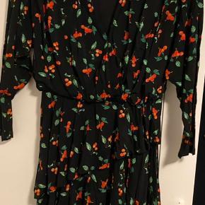 Brugt en enkel gang.  Mini kjole, med elstik i taljen. Har en skrå længde når man ser den forfra.