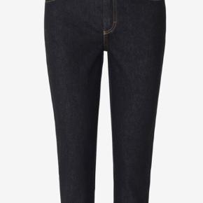Cool Smalle jeans i mørk denim med logodetalje på linningen.   Materiale 92% Bomuld 4% Polyester 4% Elastan