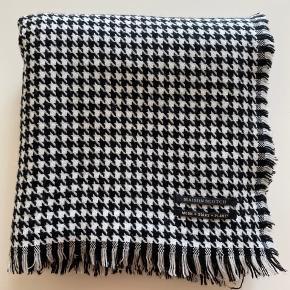 Lækkert stort (220x103 cm) tørklæde fra Maison Scotch med korte frynser hele vejen rundt i kanten. Brugt få gange og fremstår som nyt.