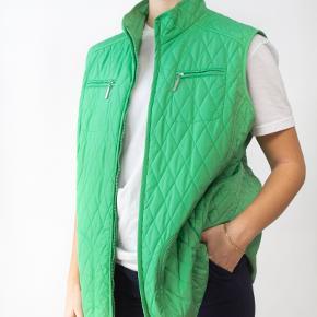 "SMUK GRØN VINTAGE GUILT VEST         - 100% Polyester      - Label: ""GERRY WEBER""      - Shoulders: 45 cm      - Chest: 120 cm      - Length: 71 cm      - Size: S-L    Model is 170 cm tall."
