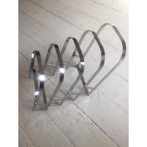 Flot retro avisholder i metalKan hænges op på væggen eller bruges stående på gulvet.  Avisen på billedet er A4 størrelse.   Kom med bud