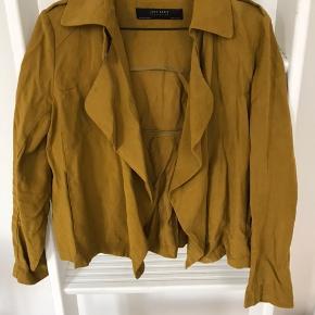 Smuk blazer i gul fra Zara.  Brugt få gange, fremstår som ny.  Byd endelig! 😊 Køb flere ting, så deler vi gerne fragten 🥳