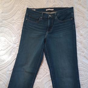 Levi's Shaping Slim jeans, i str. 30, og 32 i længde. Næsten ikke brugt. Flot farve.