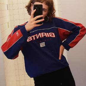 Sælger denne originale vintage fodbold-sweater, som jeg selv har købt i New York i en vintage-butik. 65% polyester og 35% bomuld.  Fejler intet, pletterne er kun pletter på spejlet:) Den er egentlig en large børnestørrelse, men sidder oversize på mig, og jeg er normalt en str. XS/S. Kan også sagtens passes af M. Spørg endelig for flere billeder eller andet, og byd gerne:)  Der er mængderabat hvis du også finder interesse i noget af det andet tøj jeg har til salg;)