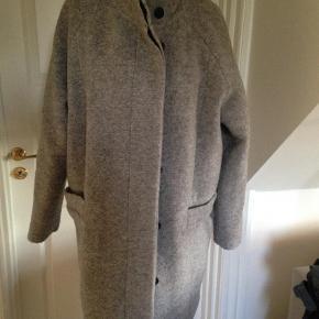 Varetype: Frakke Størrelse: L/XL Farve: grå  Svarer til str. XL selvom der står L i den.  Brugt få gange og fremstår som ny.