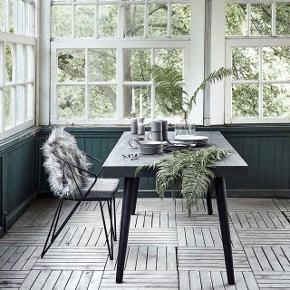 Nordal Sort spisebord med ben i mango træ, krydsfiner bordplade og betonbelægning.  HØJDE: 76.00 CM BREDDE: 90.00 CM LÆNGDE: 180.00 CM  Bordet er i god stand. Nypris: 5300kr