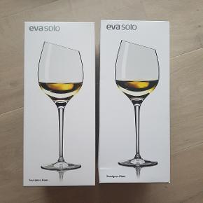 2 stk Sauvignon Blanc hvidvinsglas fra eva solo. Aldrig brugt og stadig i original emballage.  Nypris 400 kr. BEGGE SÆLGES FOR 200 KR! Sælges helst samlet.  (Pris er inkl ts gebyr og derfor sat til 207 kr. Handles der udenom ts koster de 200 kr.)