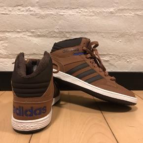 Adidas sneakers  Halvt foret  Str. 36 (unisex) Ikke brugt ret meget.  Nypris 600,- Pris 200kr eller byd Køber betaler fragt