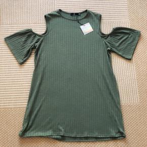 Missguided skøn jægergrøn tunika med detalje ved skulderen. Str 46 . Brystmål 114 cm og længden er 85 cm. Materiale 95% polyester og 5 % elastan. Blusen er elastisk og falder flot.
