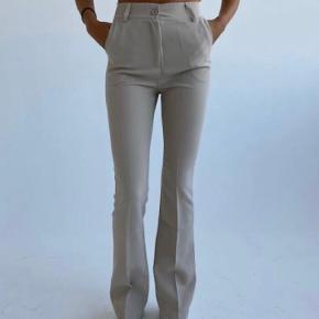 Sælger disse beige bukser fra design by Si. Bukserne er en stor str. S ville jeg mene. De er kun brugt et par gange og de er blevet syet op ved benene (jeg er 163) 🌸