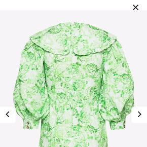 Smuk Ganni kjole i str 42 men passer en str 40 Er brugt få gange og fremstår som ny.