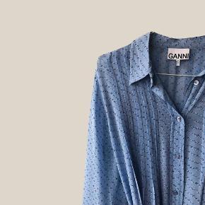 Skjortekjole med fineste blomstermønster. Har desværre haft en lille skade på venstre skulder, men det er blevet lappet hos en skrædder (ses på sidste billede). Derfor den billige pris ☺️